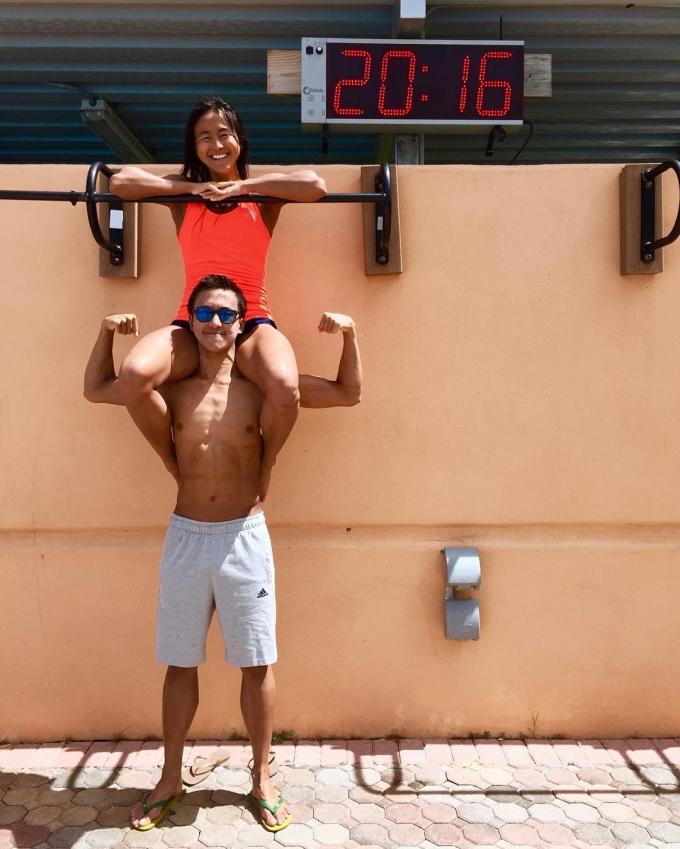 """<p> Tại SEA Games 29, chị em nhà Quah đều nằm trong đội tuyển bơi lội quốc gia và gặt hái thành tích xuất sắc. Ba chị em """"siêu nhân"""" giành tổng 13 HCV. Trong đó, cô chị cả Ting Wen (25 tuổi) phá kỷ lục, đánh bại Ánh Viên trên đường bơi 100m tự do; cô út Jing Wen (18 tuổi) 2 lần đánh bại Ánh Viên ở đường đua bơi bướm 50m và 100m.</p>"""