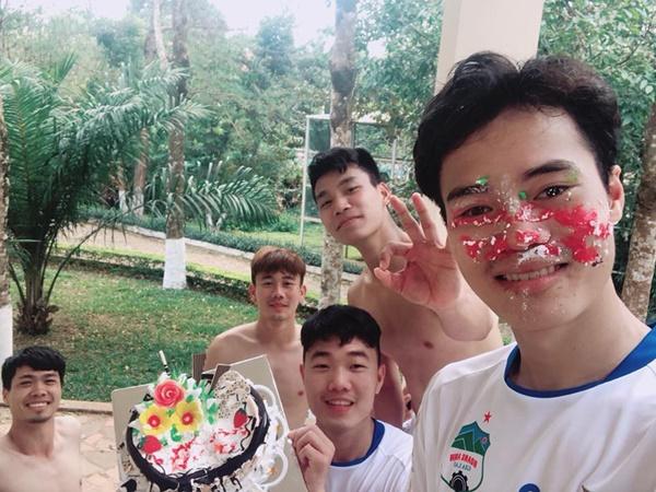 Fan mệt lử chúc mừng 8 chàng U23 Việt Nam sinh nhật vào tháng Tư - 5