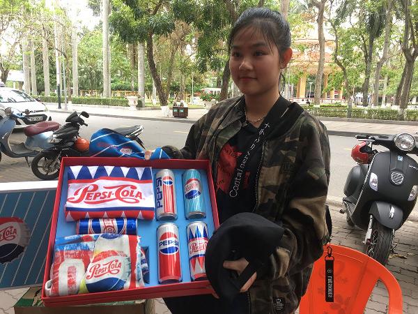 Bích Vân là một cô bạn đã theo dõi livestream từ khi mới bắt đầu. Vân chia sẻ tham gia chương trình là vì em gái và sức nóng của những phần quà chất ngất. Trải qua nhiều lần cố gắng, cuối cùng, cô bạn cũng nhận được gift box và chiếc bóp từ chương trình. Vân đã mô tả rất chính xác đoạn video quảng cáo kỷ niệm 120 năm của Pepsi.