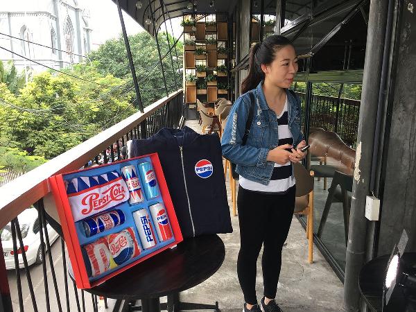 Sau gần một giờ diễn ra sự kiện, chủ nhân của chiếc jacket đã xuất hiện. Bạn Hồng Nhung chính là nhân vật may mắn nhận quà của chương trình. Hồng Nhung chia sẻ, sự kiện diễn ra trong giờ cao điểm, nhưng vì rất thích chiếc áo và hộp quà, nên phải mất 30 phút cô mới đến được địa điểm livestream.