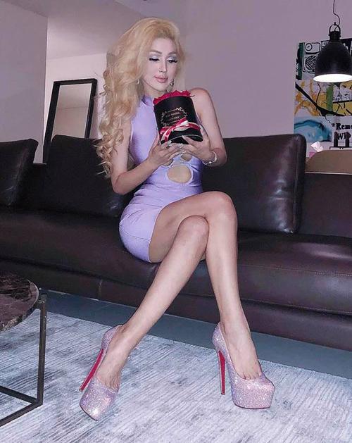 Phong cách của cô gây liên tưởng đến những cô búp bê tóc vàng, khoe đường cong, tôn vẻ sexy hết cỡ.