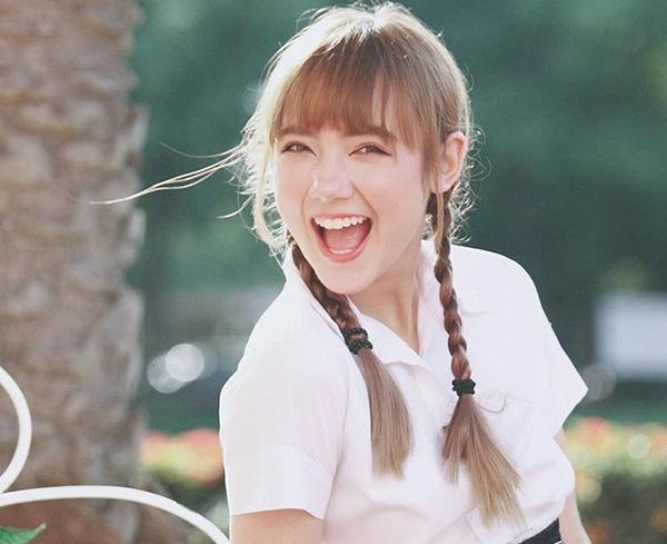 Không chỉ là hot girl đình đám bậc nhất Thái Lan với hơn 3 triệu người theo dõi trên Facebook, hơn 1 triệu người theo dõi trên Instagram, Jannine Weigel còn là cái tên được nhiều bạn trẻ châu Á, trong đó có Việt Nam, biết đến. Cách đây 4 năm, cô nàng từng gây sốt mạng xã hội Việt với bản cover Bèo dạt mây trôi ngọt như mía lùi. Thời điểm đó, Jannine đã được khen ngợi với nhan sắc trong veo xinh như thiên thần.