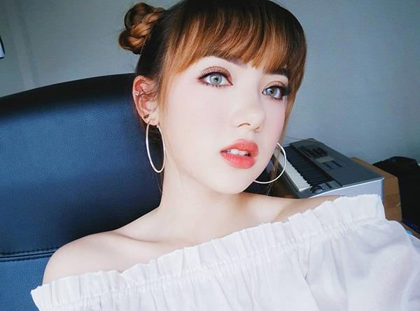 Không còn vẻ giản dị của ngày nào, cô gái sắp 18 tuổi giờ là một cao thủ trang điểm chính hiệu. Cô nàng thường xuyên khoe những lối makeup chuẩn như con gái Âu Mỹ.