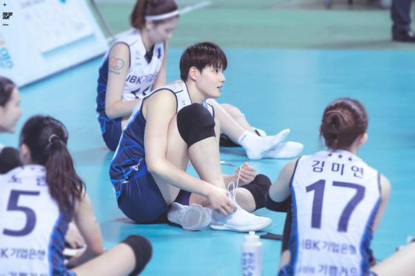Kim Hee Jin được chọn vào đội bóng chuyền nữ quốc gia khi mới 18 tuổi nhờ khả năng chơi bóng xuất sắc.