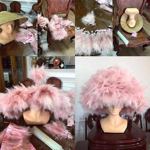 Chiếc nón của Angela Phương Trinh do NTK Đặng Việt Hùng thực hiện. Anh mất 3 tiếng để kết lông vũ nên chiếc nón lá. Món phụ kiện này là ý tưởng bất ngờ nên chỉ hoàn thành trước giờ diễn ra show 2 tiếng. Tuy nhiên hiệu quả mà nó mang đến thì không phải dạng vừa.