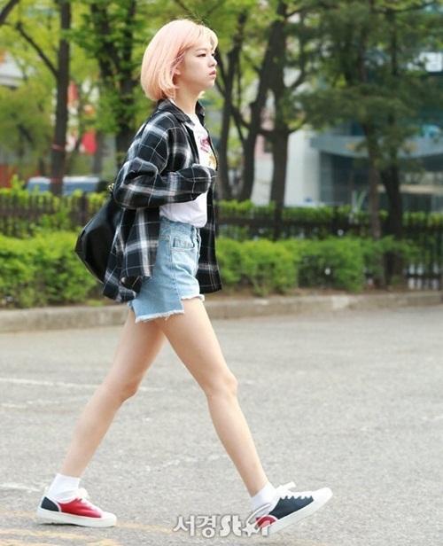Jeong Yeon được mệnh danh là thành viên có thân hình chuẩn siêu mẫu trong nhóm. Cô nàng có tỉ lệ cơ thể đẹp, mặt nhỏ, chân thon dài dù chỉ đi giày thể thao.