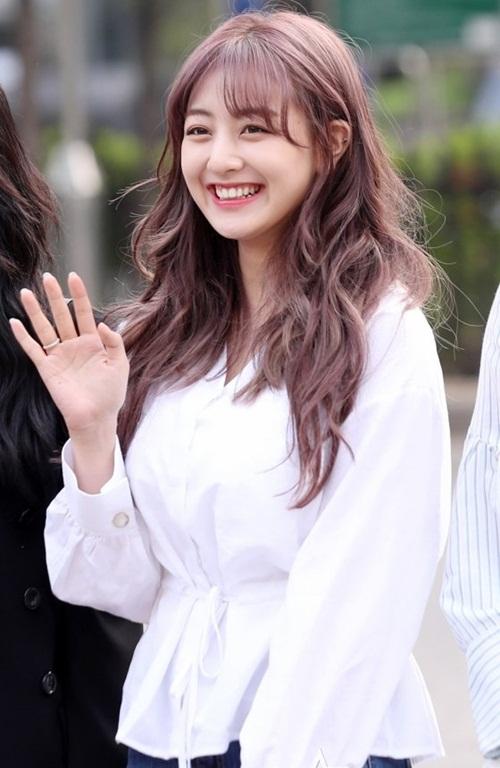 Trưởng nhóm Ji Hyo là thành viên thứ 3 trong Twice nhuộm tóc tím. Cô nàng ngày càng xinh đẹp sau khi giảm cân thành công.