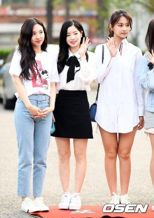 Các cô gái Twice đang nhận cúp liên tục trong đợt quảng bá mới. Khi đứng cạnh Da Hyun, Tzuyu lộ làn da ngăm hơn hẳn.