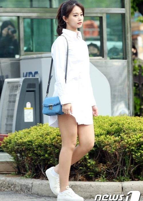 Tzuyu thu hút ánh nhìn khi mặc mốt giấu quần. Nữ ca sĩ thường xuyên bị chê đùi thô.