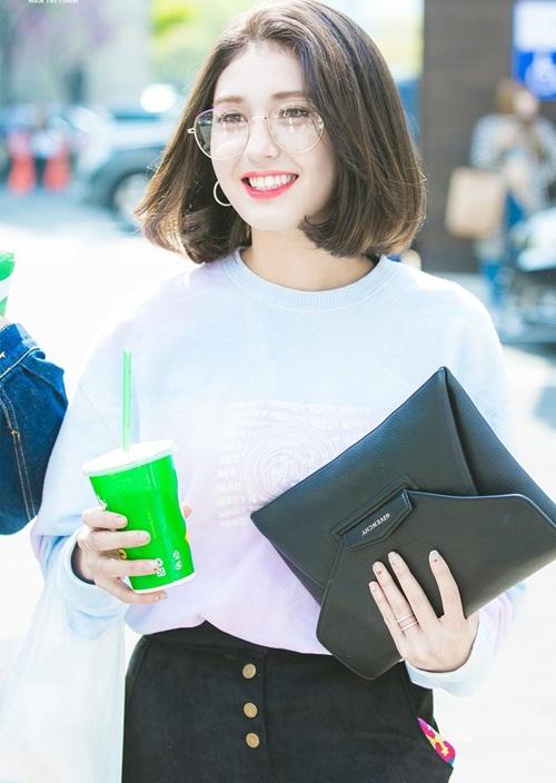 Mỹ nhân nhà JYP vừa gây sốt khi cắt tóc ngắn. Somi có khả năng debut trong năm 2018 cùng một nhóm nhạc mới.