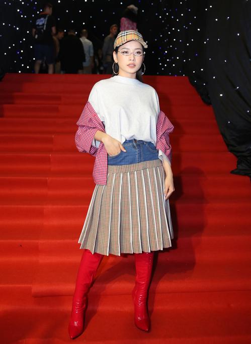 Đêm khai mạc Vietnam International Fashion Week - Tuần lễ thời trang quốc tế Việt Nam mùa xuân hè 2018 diễn ra tối 19/4 tại TP HCM. Các mỹ nhân Việt đồng loạt tụ hội trên thảm đỏ với những trang phục cầu kỳ. Chi Pu gây ấn tượng khi đổi gió với bộ cánh mix táo bạo, khác hẳn style quen thuộc.