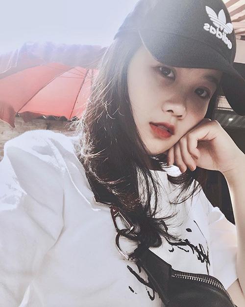 Bạn gái của Đoàn Văn Hậu tên là Nguyễn Hoàng Anh. Cô nàng cũng sinh năm 1999 và là đồng hương Thái Bình với hot boy U23. Trang Facebook của Hoàng Anh có hơn 11 nghìn người theo dõi.