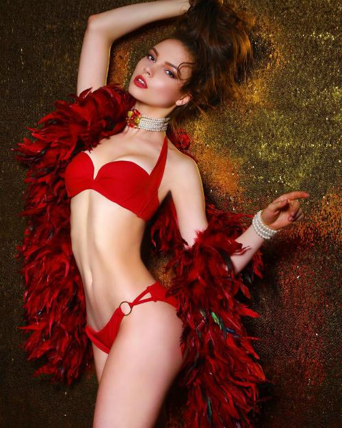 Tân Hoa hậu Nga cao 1m76 sở hữu thân hình mảnh dẻ, nóng bỏng cùng gương mặt tựa búp bê.