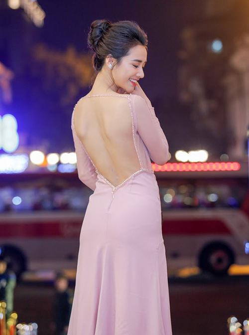 Trong những lần xuất hiện gần đây, nữ diễn viên thường xuyên chọn trang phục cắt khoétgợi cảm. Cùng với đó, cô cũng tạo dáng xoay người, hướng lưng trần về phía ống kính máy ảnh.