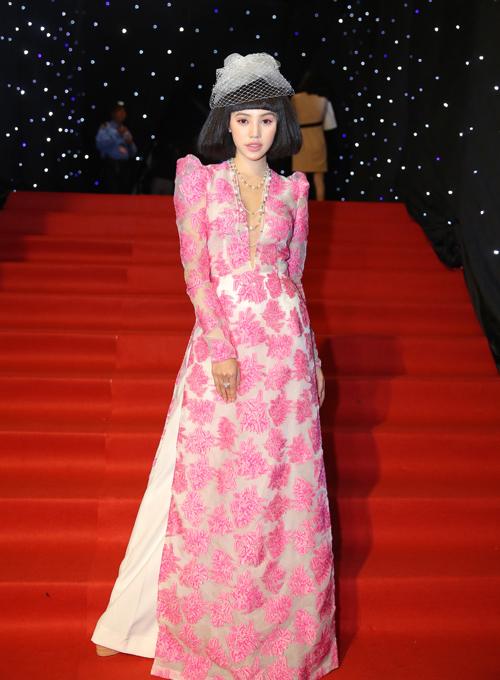 Hoa hậu Jolie Nguyễn như quý bà khi mặc áo dài, đội tóc giả.