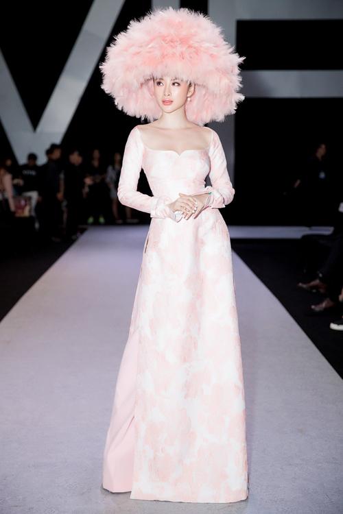 Angela Phương Trinh vẫn giữ vững phong độ đi đến đâu là chiếm spotlight đến đó. Cô diện một thiết kế trong bộ sưu tập mới nhất của Công Trí, kết hợp mũ đính lông vũ ấn tượng.