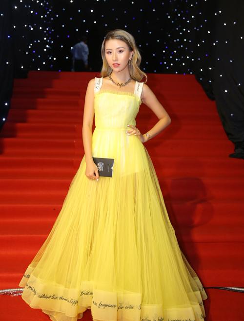 Quỳnh Anh Shyn cũng diện đầm của NTK Công Trí. Cô nàng chọn tông vàng rực rỡ - gam màu yêu thích và được hot girl thường xuyên diện.