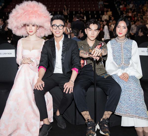 Trên hàng ghế đầu, Angela Phương Trinh hội ngộ stylist Hoàng Ku và cặp đôi Decao - Châu Bùi.