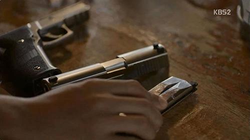 Cảnh trong Hậu duệ mặt trời bị khán giả soi lỗi dùng đạo cụ khi băng đạn trong cảnh phim này giả đến mức không có cả chỗ để nhét đạn.