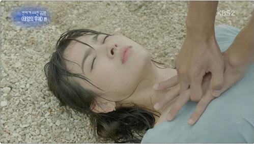 Vì để lịch sự không chạm vào ngực Song Hye Kyo mà cảnh này trong Hậu duệ mặt trời cũng bị bóc mẽ là làm sai hoàn toàn kỹ thuật cấp cứu khi để tay ở vị trí quá cao.