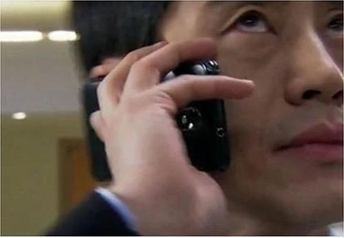 Nam diễn viên trong Mr. Big đã để lại cảnh gọi điện thoại để đời khi cầm ngược điện thoại mà vẫn nói chuyện bình thường.
