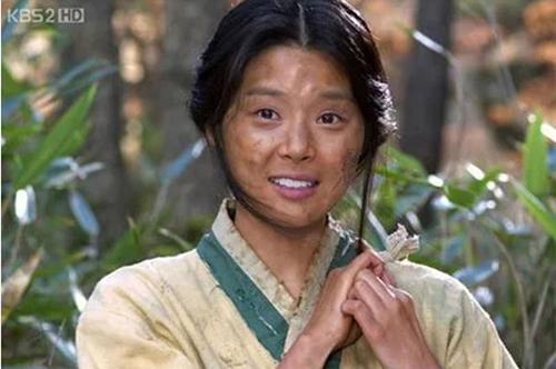 Nữ nô lệ trong The Slave Hunter khiến khán giả đặt ra câu hỏi bí kíp giữ răng trắng là gì trong khi quần áo, mặt mũi đều lấm lem, bẩn thỉu.