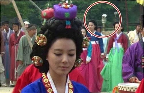 Camera an ninh đã lọt vào khung cảnh của phim Dr. Jin