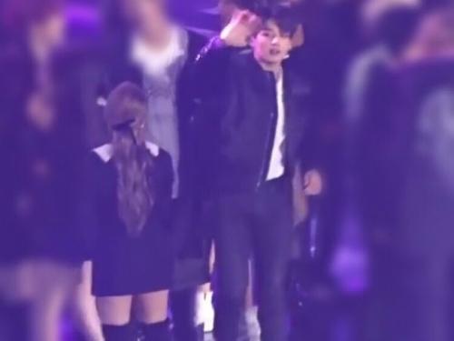 Fan nghi ngờ vì cặp đôi chào hỏi nhau trên sân khấu.