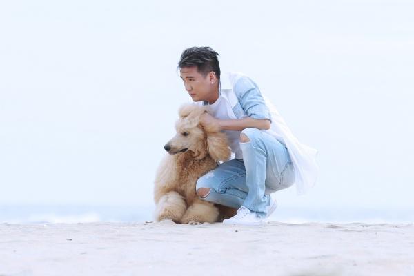 Bối cảnh MV được thực hiện tại một ngôi nhà gỗ trên hồ và biển tạo nên sự lãng mạn nhưng cũng đầy đau khổ. Đây là MV mang màu sắc ngôn tình đầu tiên trong 2018 Đàm Vĩnh Hưng thực hiện với mong muốn gần gũi với các khán giả trẻ.