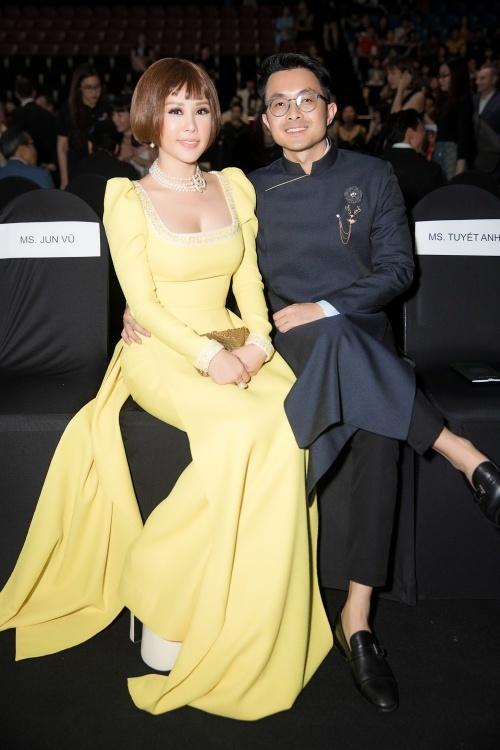 Tại một sự kiện thời trang gần đây tại TP HCM, Hoa hậu Thu Hoài bất ngờ xuất hiện cùng bạn trai. Yêu nhau đến nay được 2 năm nhưng đây là lần đầu tiên người đẹp chịu dẫn người yêu tham dự sự kiện showbiz.