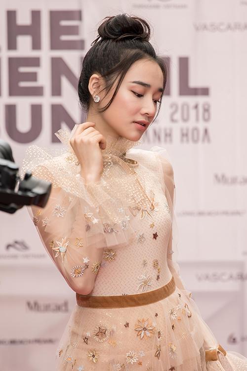 Được biết, Nhã Phương là một trong những nàng thơ truyền cảm hứng thiết kế cho NTK Lê Thanh Hòa. Anh cũng là người giúp Nhã Phương định hướng phong cách thời gian gần đây.