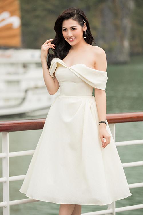 Á hậu Tú Anh khoe bờ vai trần gợi cảm trong chiếc đầm trắng với thiết kế trễ vai.