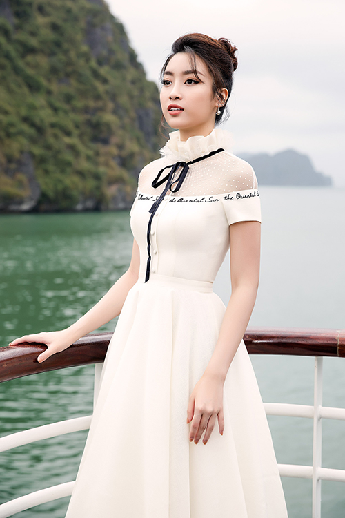 Hoa hậu Đỗ Mỹ Linh lại chọn cho mình bộ váy kín cổng cao tường với điểm nhấn chính là phần ren ở cổ áo.