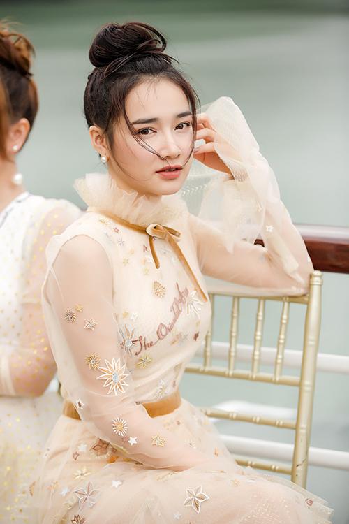 Vừa qua, Nhã Phương đã có mặt trong buổi trình diễn bộ sưu tập mới của nhà thiết kế Lê Thanh Hòa, được tổ chức trên du thuyền giữa vịnh Hạ Long.