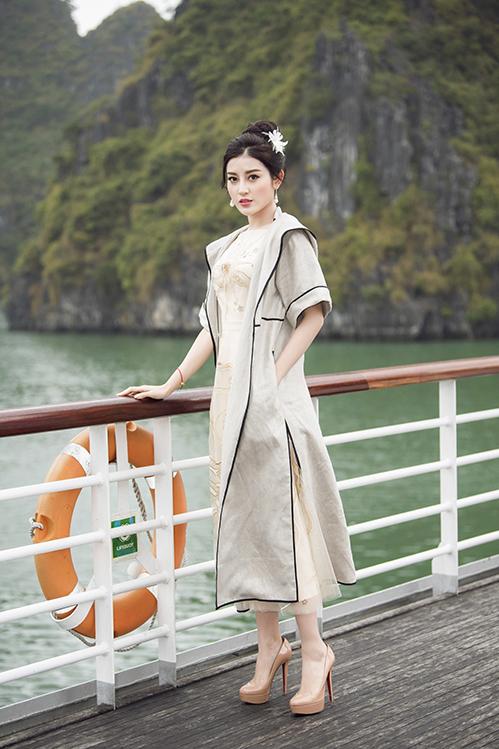 Á hậu Huyền My cũng vô cùng thanh lịch trong thiết kế của Lê Thanh Hòa.