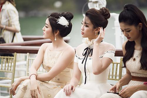Ngoài ra, buổi ra mắt bộ sưu tập mới của NTK Lê Thanh Hòacòn có sự tham gia của nhiều người đẹp nổi tiếng ở showbiz.
