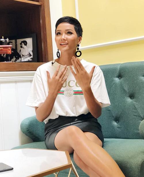 Chiếc áo Gucci có giá khoảng 10 triệu đồng này là một trong những món đồ hàng hiệu hiếm hoi của HHen Niê từ sau khi đăng quang.