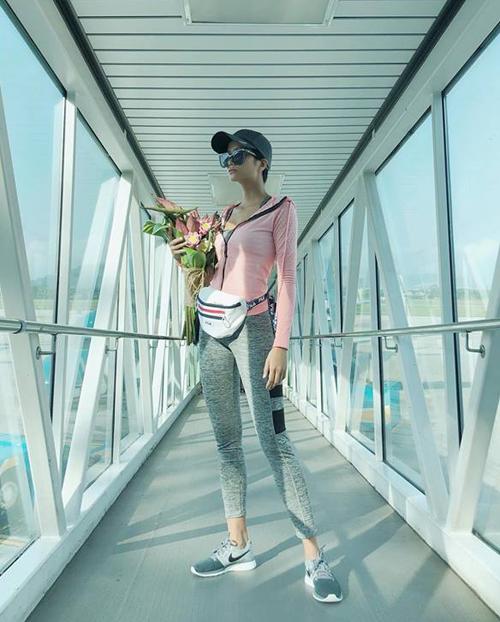 Thời trang sân bay của HHen Niê rất đáng học hỏi với sự thay đổi liên tục để không bị nhàm chán. Có khi cô diện cả cây sporty năng động...