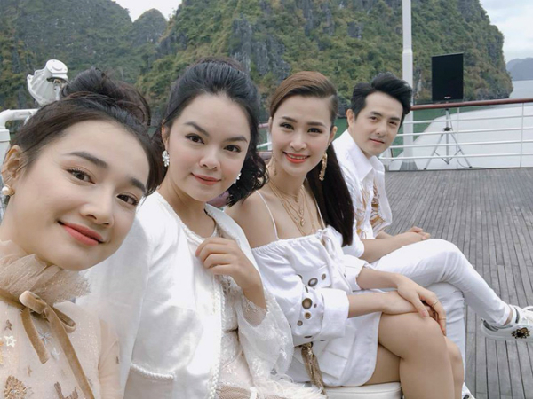 Nhã Phương tươi vui pose hình cùng Đông Nhi, Ông Cao Thắng, Phạm Quỳnh Anh.