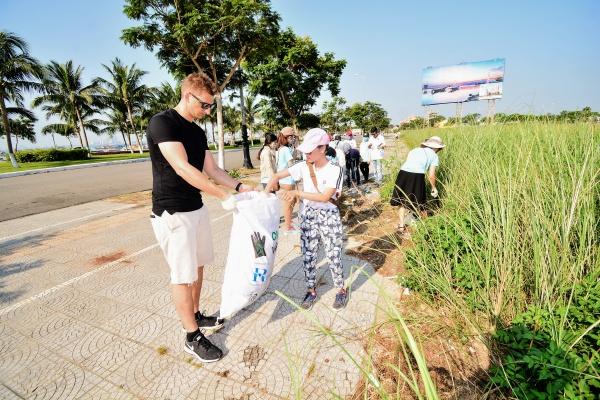 Nhiều người nước ngoài cũng hào hứng cùng tình nguyện viên Việt Nam có hành động thiết thực vì môi trường.