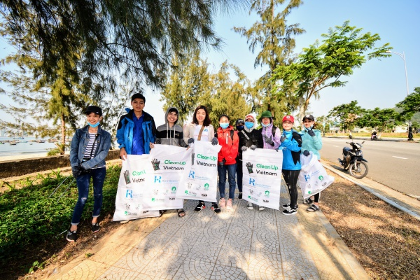 Tại Đà Nẵng nhiều bạn trẻ đã tập trung tại khu vực núi Sơn Trà sáng nay để cùng góp tay vào ngày Trái đất ý nghĩa.