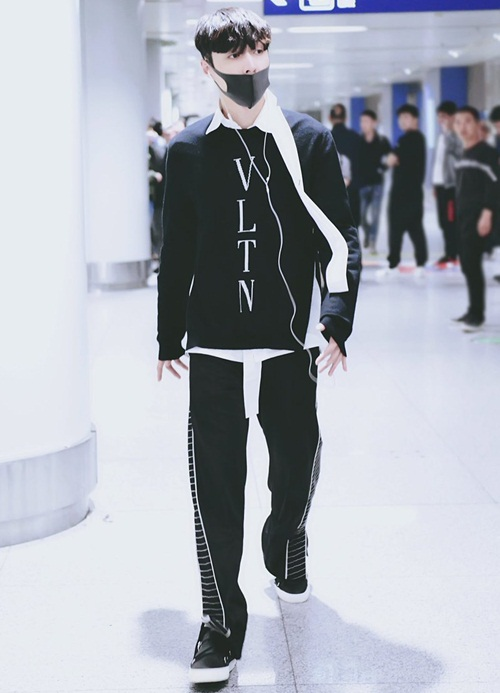 Lay bất ngờ trở về Hàn khiến các EXO-L xúc động. Trang phục thể thao in tên thương hiệu vừa thoải mái vừa sang chảnh là lựa chọn ra sân bay của nam ca sĩ.