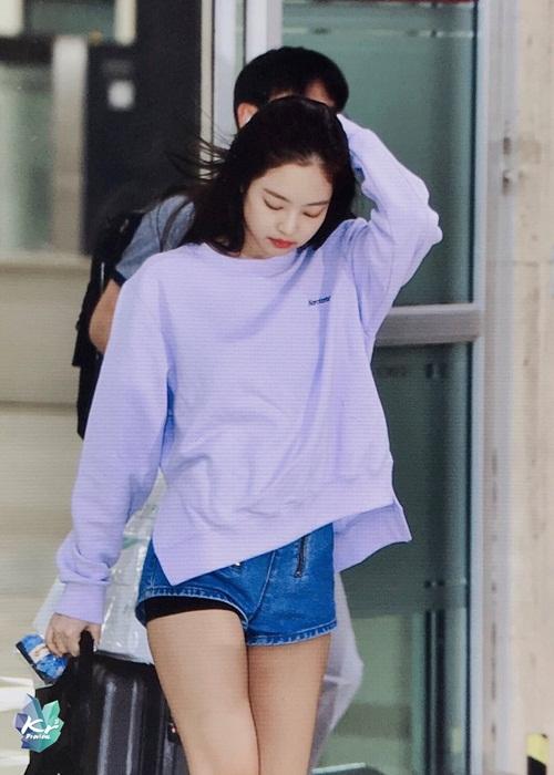 Sau khi hoàn thành công việc ở Nhật, Black Pink về Hàn Quốc. Jennie dường như khá mệt mỏi nên chọn trang phục thoải mái, tiện dung. Cô nàng mặc quần bảo vệ để tránh hở hang khi ngồi máy bay.