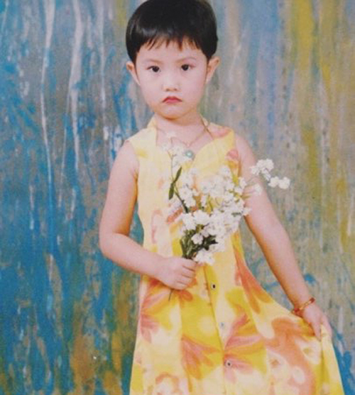 Cô nàng tiết lộ hồi bé mình từng rất ngầu. Trong những bức hình, bạn gái của thiếu gia Phan Thành rất ít khi cười hay thể hiện sự nữ tính.