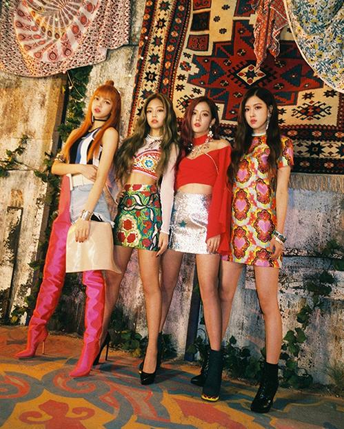 Là gà của công ty YG, Blackpink vốn nổi tiếng vì có phong cách ăn mặc ngổ ngáo, pha trộn phong cách đầy ngẫu hứng nhưng vẫn toát lên nét sang chảnh giống như các tiền bối Big Bang hay 2NE1. Tuy nhiên bên cạnh đó, mỗi thành viên của nhóm vẫn có một gia vị riêng, giúp diện mạo của cả nhóm không bao giờ gây nhàm chán.