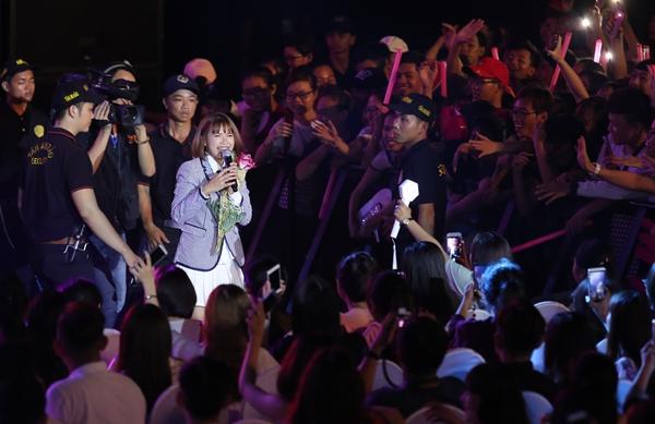 Nữ ca sĩ bị vây quanh bởi hàng nghìn khán giả buộc bảo vệ phải theo sát hộ tống.