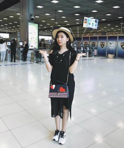 Thục Anh sinh năm 1997, là chị ruột của Long Hoàng - một trong những cái tên nổi bật trong nhóm hot teen Hà thành, cũng là người được cho là bạn trai tin đồn của Linh Ka.