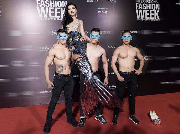 Từng trung thành với phong cách an toàn, Tiêu Châu Như Quỳnh bất ngờ trở thành nhân tố thu hút sự chú ý nhất Vietnam International Fashion Week năm nay với đủ cách xuất hiệnkhông giống ai. Hết mặc đồ hở hang gây sốc, nữ ca sĩ lại hóa thành nàng tiên cá, nhờ đến ba chàng vệ sĩ sáu múi cởi trần... khiêng lên thảm đỏ. Những chiêu trò này tuy giúp Như Quỳnh được nhiều người nhắc đến nhưng cũng khiến hình ảnh thanh lịch từ trước đến nay của cô sụp đổ hoàn toàn, thay vào đó là sự phản cảm.