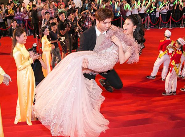 Vợ chồng Trương Quỳnh Anh thậm chí còn bồng bế nhau ngay trên thảm đỏ, bất chấp bao ánh nhìn tò mò.