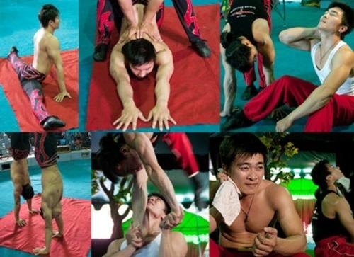 Quốc Cơ - Quốc Nghiệp khổ luyện với bộ môn xiếc giữ thăng bằng.